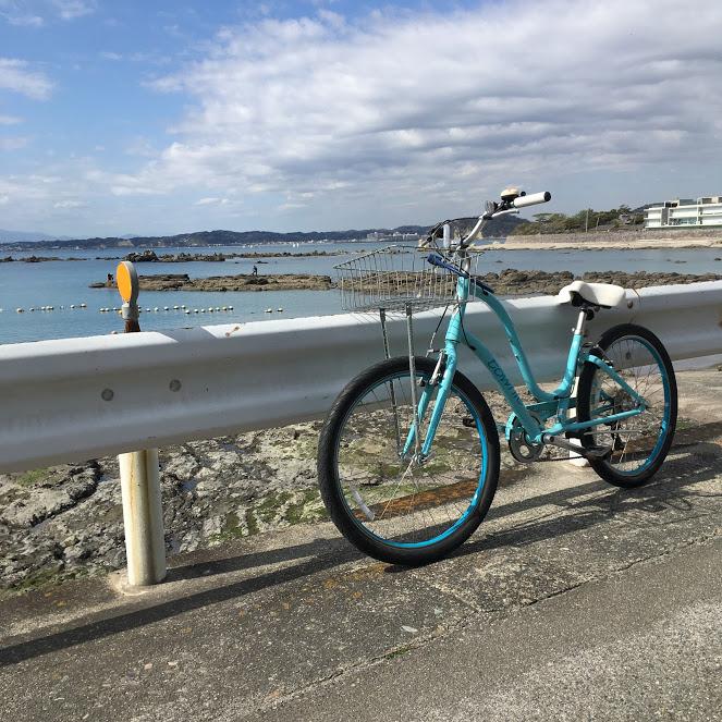 レンタサイクルで海へ。自転車のバックに青い海が広がる
