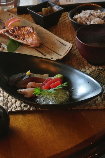 本日の焼き魚とお刺身のランチ。お刺身は3種類盛り。