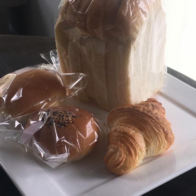 角食パン、塩バターボール、クロワッサン、アンパンらしきパンが白いお皿の上に並ぶ。場所はThe Canvas Hayama Parkのヴィラ内