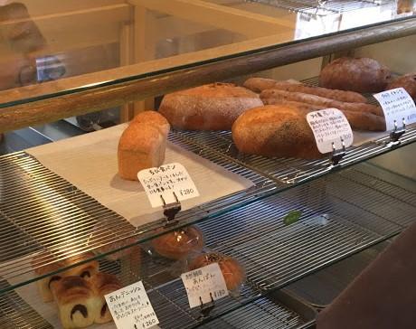 木の枠で囲われたガラスのショーケース内には、食パンやバタールなど、ハード系のパンが並んでいる
