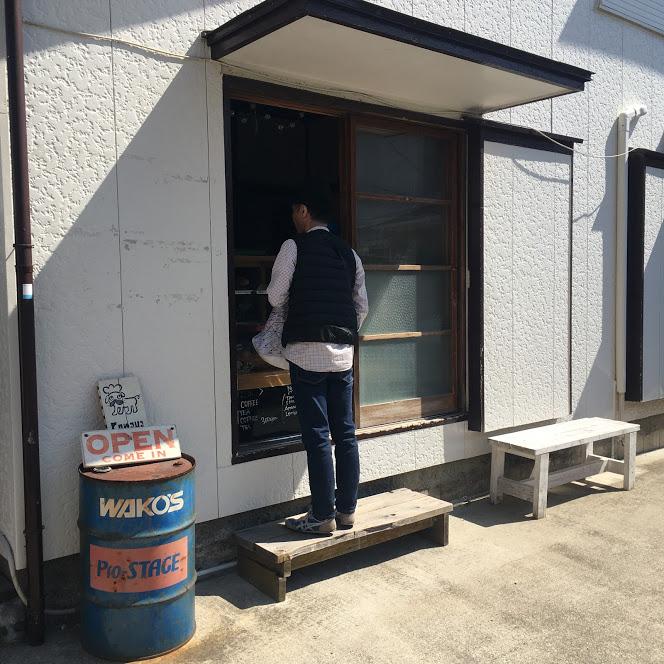 conayaの外観。ちょうど若い男性がパンを購入している。