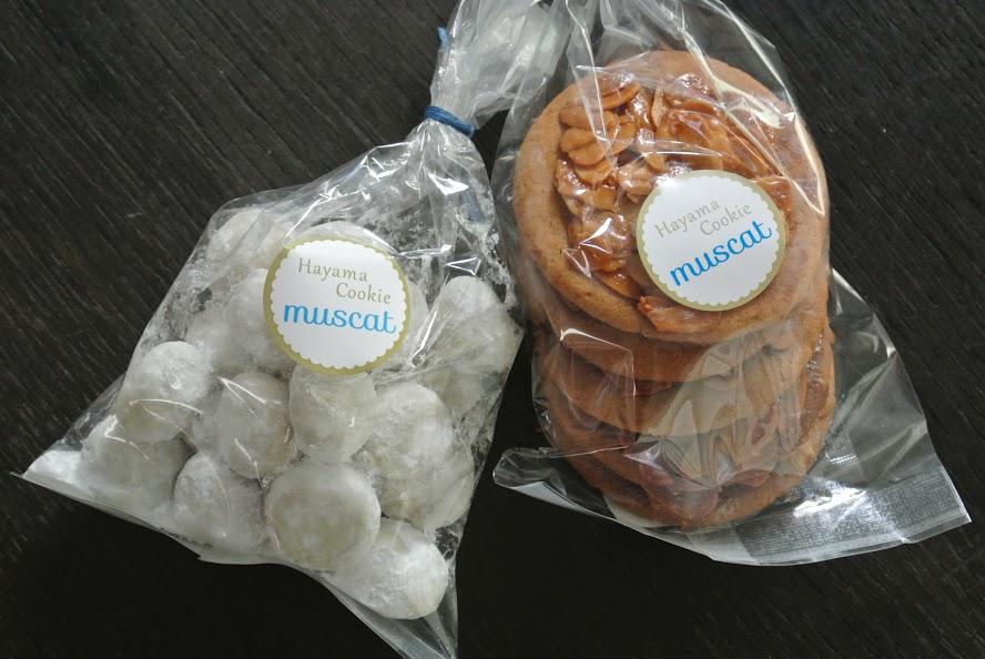 美味しそうなクッキーが2パック。左はスノーボール「ルシアン」、右はフロランタン。