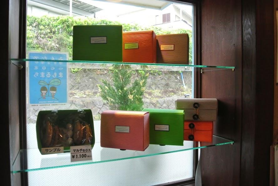 窓の側には、ライトグリーン、オレンジ、ピンクなど。カラフルなマルチBOXが並ぶ。