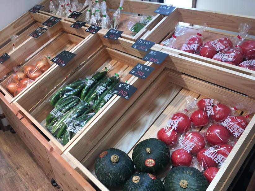 葉山マルシェの野菜。玉ねぎ、きゅうり、とまとにかぼちゃ。色とりどりの野菜が並ぶ。