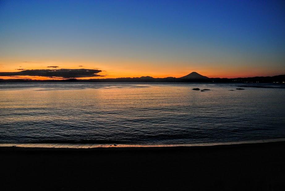 大浜海岸からみる夕日。地平線が赤く色づき、富士山が美しい影になっている。