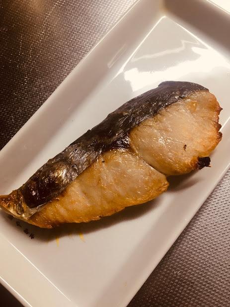 佐々木良太郎商店の鮭の干物を焼いてて皿に盛った様子