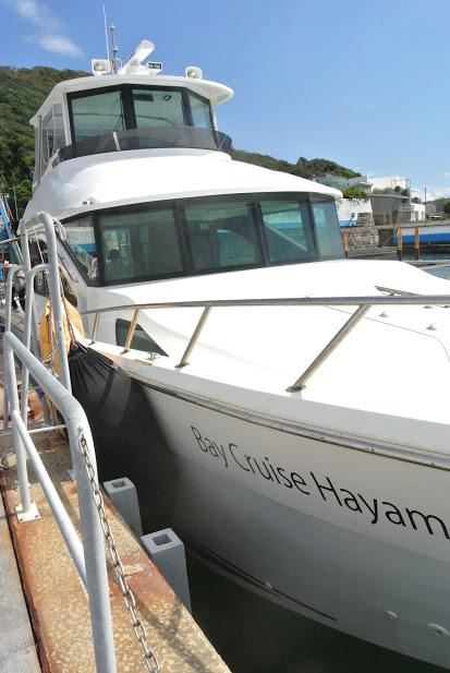 葉山マリーナのクルーザー。Bay Cruise Hayamaと書かれている。