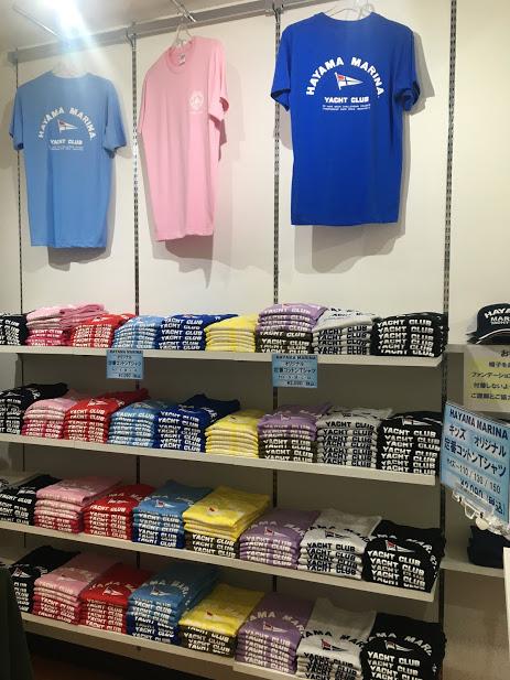 壁にサンプルのTシャツが3着陳列されている。