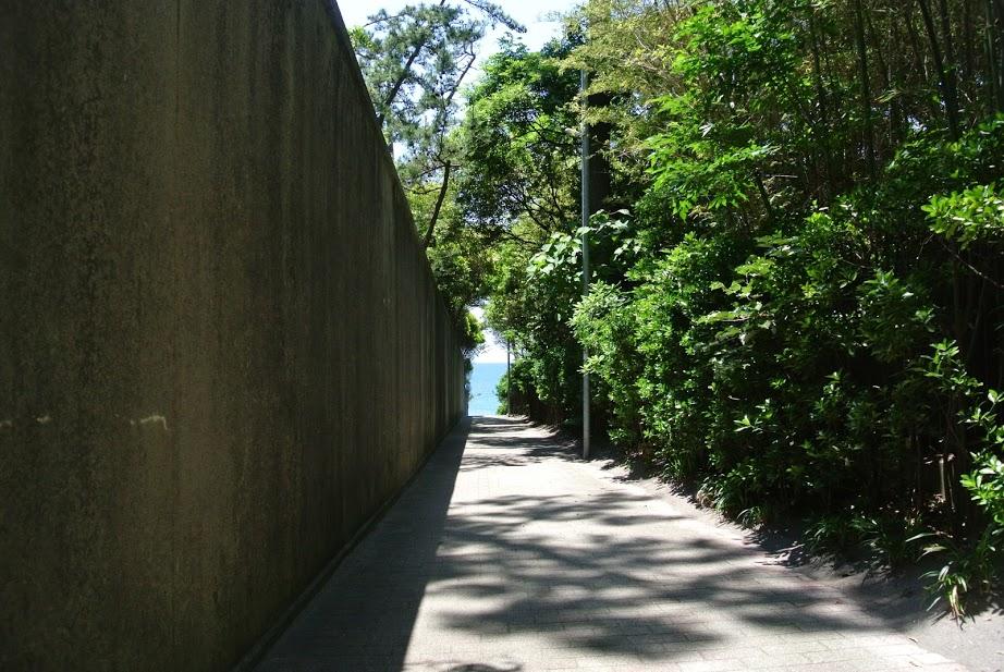 葉山の小道。緑のトンネルの先には海が見える