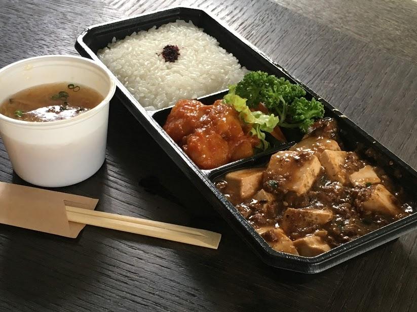 和楽のテイクアウト。麻婆豆腐とエビチリに、白いご飯のセット。