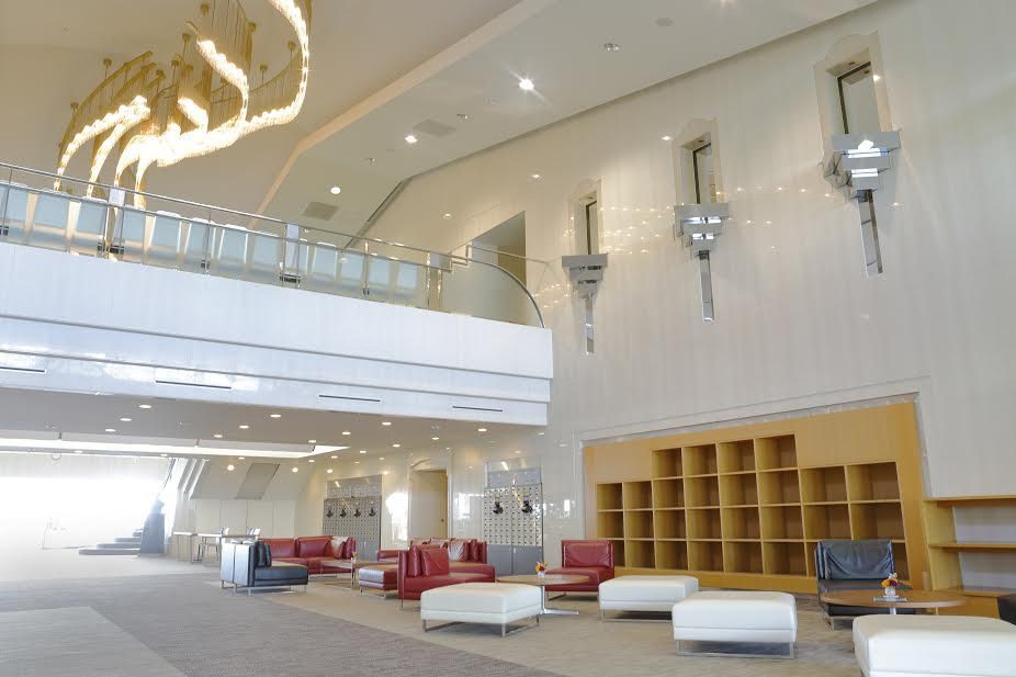 葉山国際カンツリー倶楽部のロビー。高さのある広々とした、ホテルのフロントのような空間。