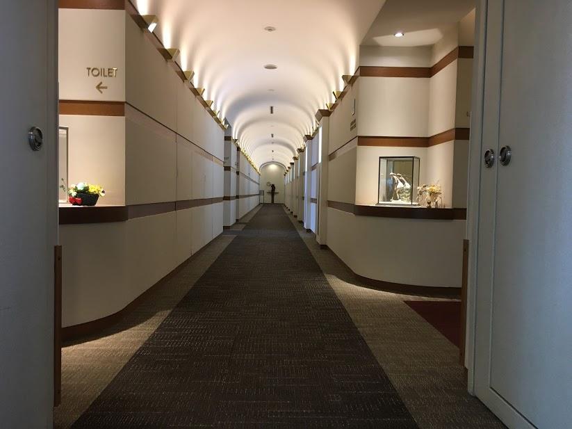 葉山国際カンツリー倶楽部のロッカールーム。吹き抜けの広々としたエントランスと豪奢なムード。
